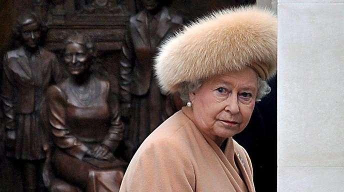 """Königin Elizabeth II. bei der Enthüllung des """"Queen Mother Memorials""""."""