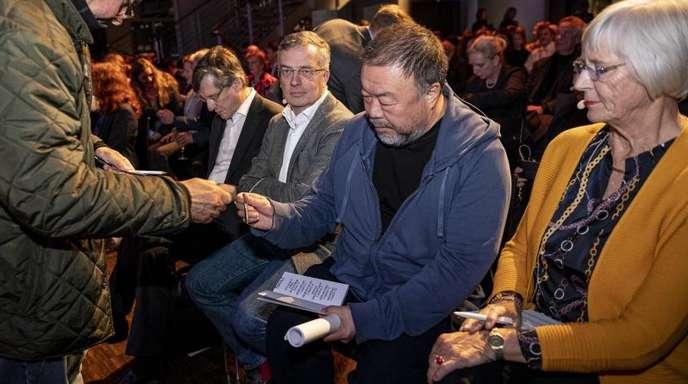 Ai Weiwei signiert in Berlin sein neues Buch «Manifest ohne Grenzen».