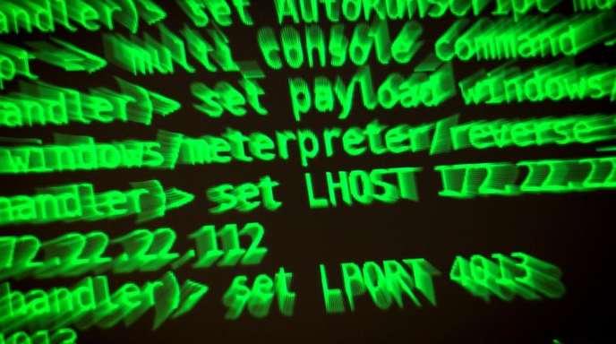 Buchstaben und Zahlen leuchten auf einem Bildschirm auf dem ein Hackerwerkzeug läuft.
