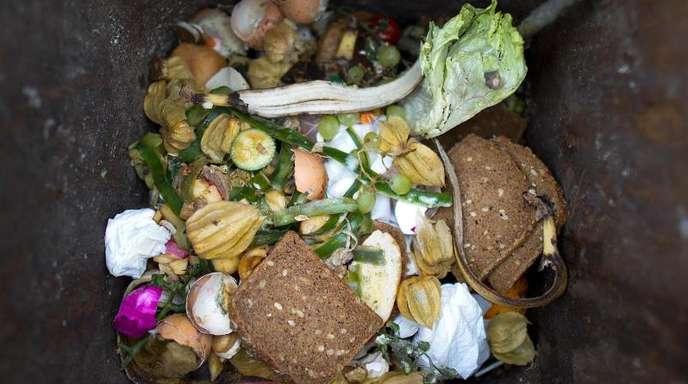 Lebensmittel liegen in einer Mülltonne.