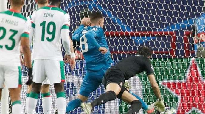 Juve-Spieler Aaron Ramsey (M) erzielt an Moskaus Torwart Guilherme (r) vorbei das erste Tor für sein Team.