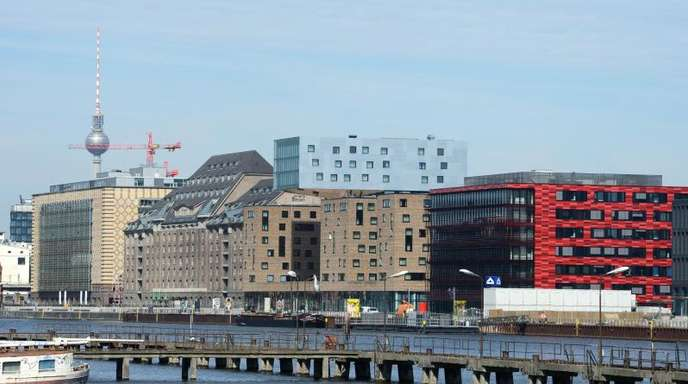 Dynamisches Berlin:Blick über die Spree auf ehemalige Industriegebäude am Osthafen und Neubauten an der Stralauer Allee.