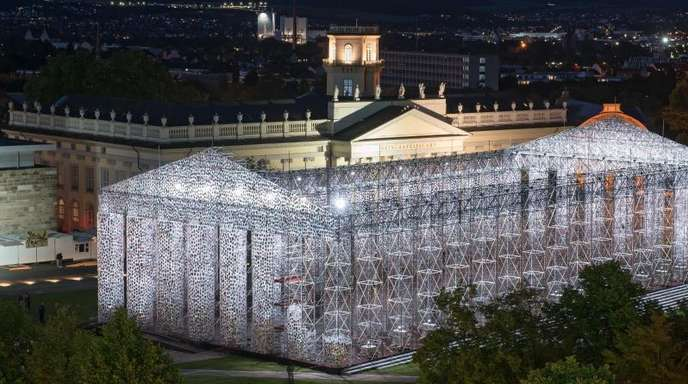 Klimaschutz wird ein wichtiges Thema bei der nächsten documenta - Blick auf das beleuchtete documenta-Kunstwerk «The Parthenon of Books» der argentinischen Künstlerin Marta Minujin in Kassel (2017).