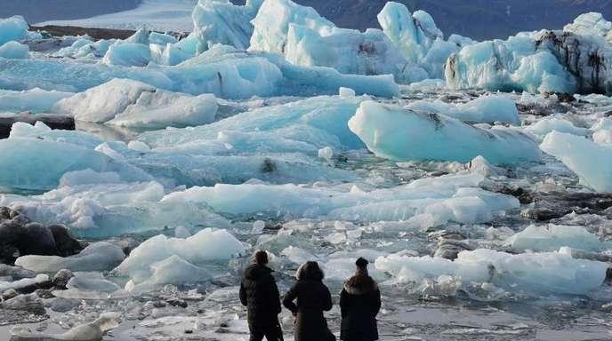 Eisberge in der Gletscherlagune Jökulsarlon im Süden Islands.