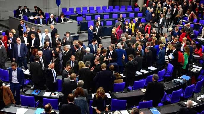 Abgeordnete während der ersten namentlichen Abstimmung zu einem Änderungsantrag der FDP. Kurz danach wurde die Sitzung unterbrochen.