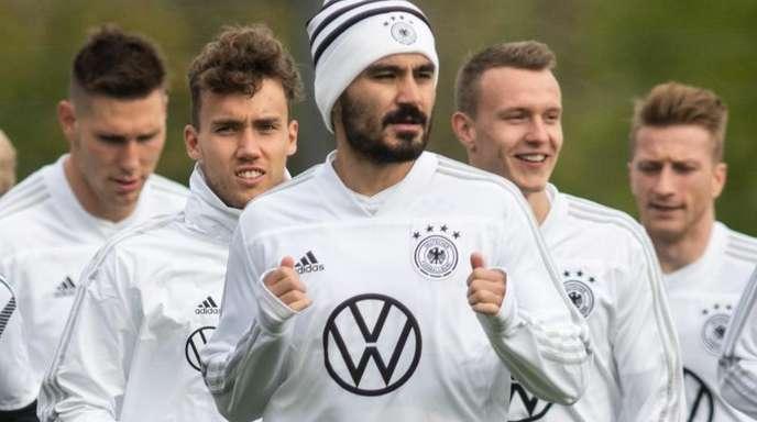 Ilkay Gündogan (M) nimmt am Training der Nationalmannschaft teil.