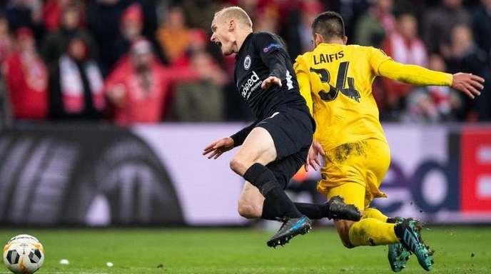 Lüttichs Kostas Laifis (r) foult Eintracht-Spieler Sebastian Rode.