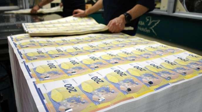 Produktion neuer 200-Euro-Banknoten in Rom: Das weltweite Gesamtvermögen der Milliardäre schrumpfte laut aktueller Berechnungen 2018 um 4,3 Prozent auf 8,5 Billionen US-Dollar (Ende 2018: 7,43 Bio Euro).