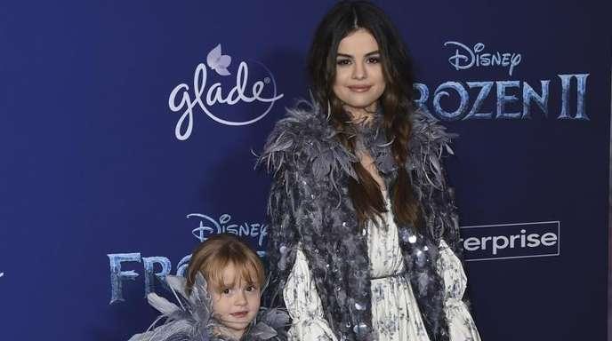 Hand in Hand auf dem roten Teppich:Selena Gomez und ihre Halbschwester Schwester Gracie Elliot.