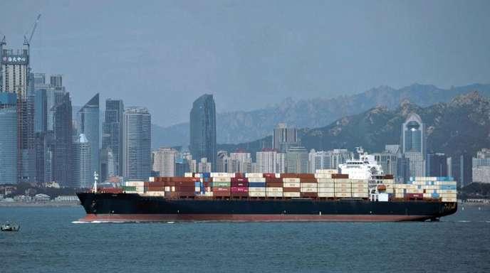 Ein Containerschiff in der ostchinesischen Provinz Shandong. Vor dem Hintergrund des Handelskriegs mit den USA hat sich Chinas Außenhandel im Oktober erneut abgeschwächt.