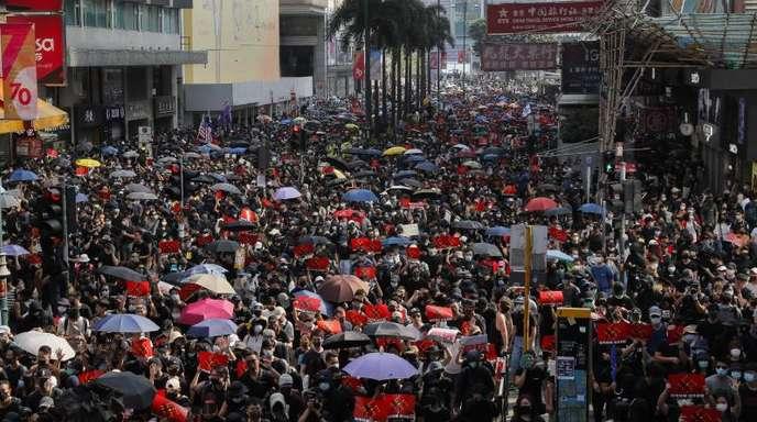 Seit dem 9. Juni demonstrieren die Hongkonger gegen die eigene Regierung. Sie kritisieren einen wachsenden Einfluss der Pekinger Führung auf die ehemalige britische Kronkolonie.
