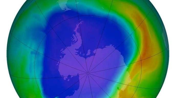 Die Ozonschicht umhüllt die Erde wie ein Schutzschild. Seit Anfang der 80er Jahre beobachteten Wissenschaftler eine Abnahme des Ozons in der Stratosphäre.