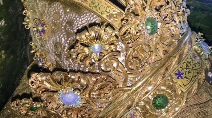 Die Mitrenkrone sitzt auf dem mit Stoff bedeckten Schädel von Kaiser Friedrich III. (1415-1493).