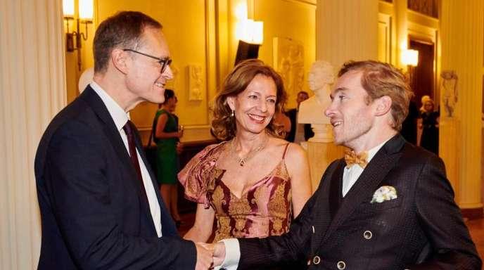 Michael Müller, Berlins Regierender Bürgermeister, begrüßt in Anwesenheit von Märchenland-Geschäftsführerin Silke Fischer den Schauspieler Samuel Koch.