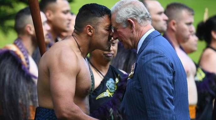 Prinz Charles wird traditionell von einem Maori mit einem Hongi begrüßt.