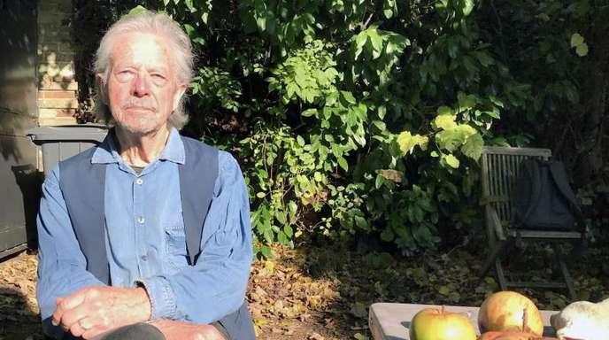 Peter Handke beim Interview mit der Nachrichtenagentur APA im Garten seines Hauses.