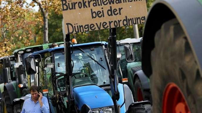 Bauern demonstrieren vor dem Landwirtschaftsministerium in Bonn:«Stoppt den Bürokratiewahnsinn bei der Düngeverordnung».