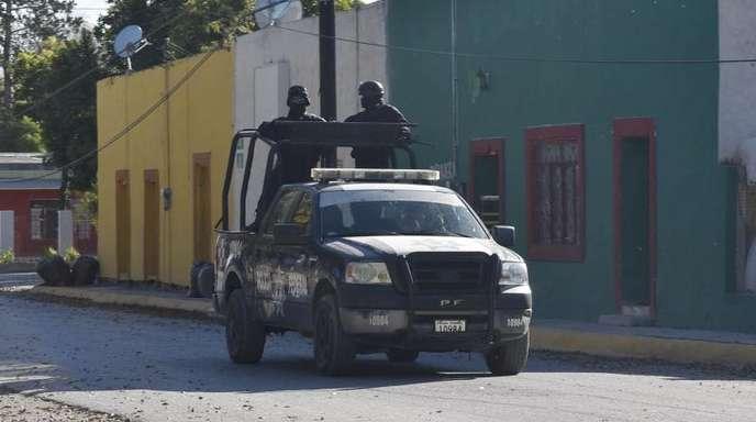 Eine Polizeistreife fährt durch den Ort Villa Unión.