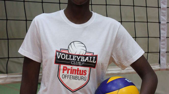 Neuzugang Salomé Dikongue mit dem neuen Logo des VC Printus Offenburg.