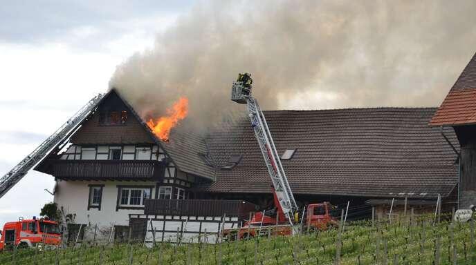 Aus noch ungeklärter Ursache brannte gestern dieses in den Weinbergen gelegene Fachwerkhaus in Sasbachwalden.