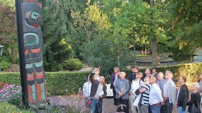 Blick nach oben: Gibt's Ersatz für den maroden Totempfahl im Lahrer Stadtpark? Dazu soll sich auch die kanadische Botschaft in Berlin äußern, hieß es beim Rundgang der SPD.
