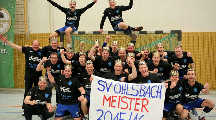 Als »Könige« von Ohlsbach ließen sich die Handballer des SVO nach der Meisterschaft in der Handball-Bezirksklasse feiern.