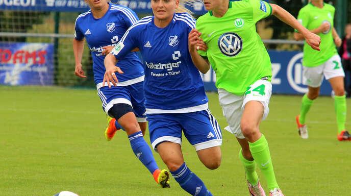 Isabelle Meyer (l.), hier im Laufduell mit Wolfsburgs Marie-Joelle Wedemeyer, hofft mit dem SC Sand auf den größten Erfolg der Vereinsgeschichte.