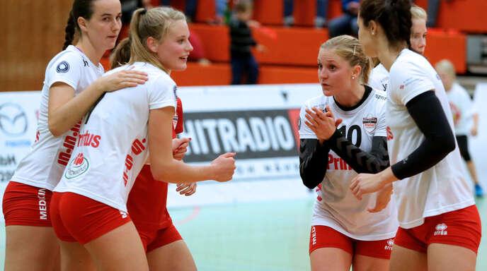 Die herausragende Junioren-Nationalspielerin Pia Leweling (2. v. l.) freut sich mit Sophia Bähr, Hanna Frei (verdeckt), Richarda Zorn und Tanya Paulin (v. l.) über die gelungene Heimpremiere des VC Printus Offenburg.