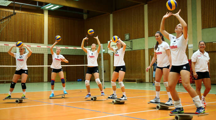 Im Gleichgewicht: Die Spielerinnen des VC Printus Offenburg beim öffentlichen Showtraining am Freitag.