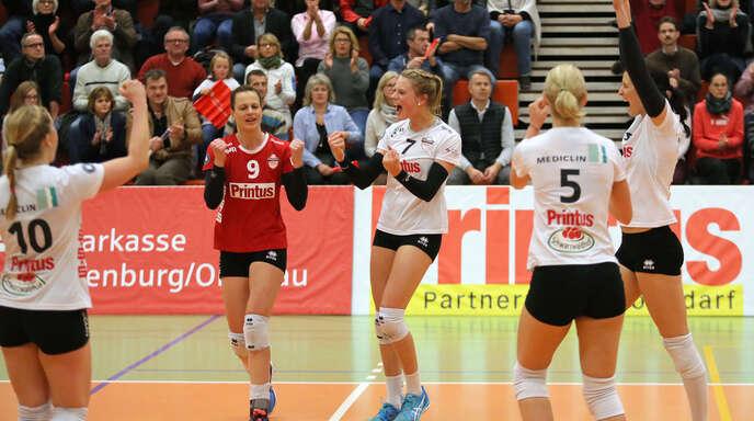 ie VCO-Spielerinnen Richarda Zorn, Lisa Solleder, Pia Leweling, Sophie Schellenberger und Tanya Paulin (v. l.) waren erleichtert nach dem mühsamen 3:1-Heimerfolg.