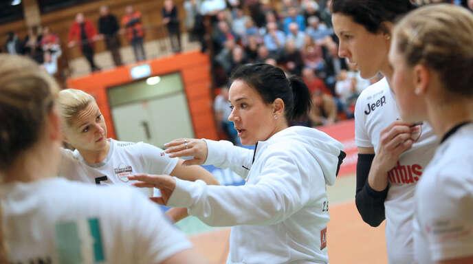 Gut vorbereitet: VCO-Trainerin Tanja Scheuer (Mitte) gibt ihren Mittelblockerinnen Sophie Schellenberger (l.) und Tanya Paulin (r.) letzte Anweisungen fürs Spitzenspiel.