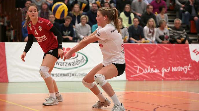 Pia Leweling (vorne) und Libera Viviane Hones haben mit dem VC Printus Offenburg einen weiteren Schritt in Richtung Zweitliga-Meisterschaft gemacht.