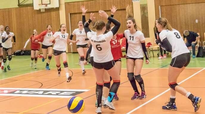 Da brechen alle Dämme: Die zweite Mannschaft des VC Offenburg feiert den Klassenerhalt in der Volleyball-Regionalliga.