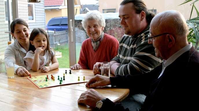 Einen alten und pflegebedürftigen Menschen bei sich aufnehmen – das kann auch für die Gastfamilie enorm bereichernd sein.