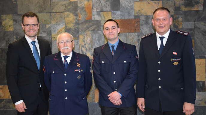 Ehrung und Beförderung bei der Willstätter Feuerwehr, von links: Bürgermeister Marco Steffens, Wolfgang Ritter, Oliver Frietsch und Kommandant Christian Hetzel.