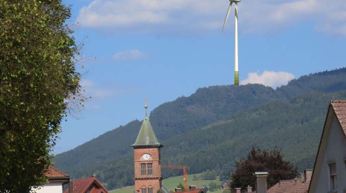 Die Fotomontage der Bürgerinitiative soll zeigen, wie ein neues Windrad von Elzach aus aussehen könnte.