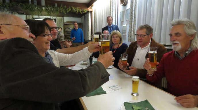 Prost! Eine Gruppe aus Friesenheim und Heiligenzell probierte Bier fürs Jubiläum.