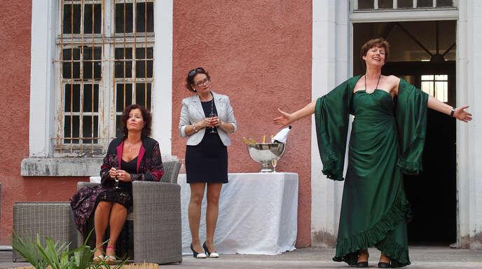 Alceste (Petra Hoppe) und ihre Freundin Philinte (Eveline Schneider) lauschen dem Vortrag der von ihren eigenen Worten berauschten Oronte (Brigitte Spengler-Weissgärber, von links) – eine Szene aus der »Menschenfeind«-Premiere des Illenau-Theaters am Samstag.