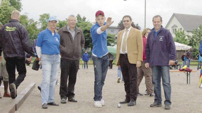 Foto: Michael Karle - Gabriele Pépin (BC Achern), Klaus Eschbach (Präsident Deutscher Petanqueverband), Tehina Anania (BCA), OB Klaus Muttach und Franz Rauch (BCA, von links) beim Probewurf.