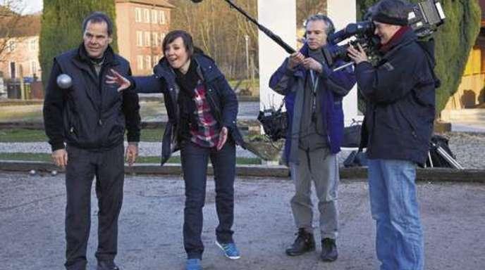 Foto: Daniela Busam - Boule-Club-Chef Franz Rauch zeigt SWR-Reporterin Sybille Möck, wie die Kugel richtig geworfen wird. Seit gestern dreht der SWR fünf Beiträge über die Hornisgrindestadt.