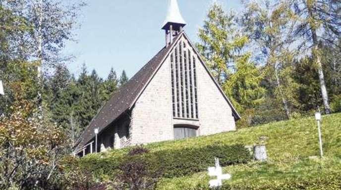 Foto: Horst Hoferer - Die 1960 erbaute »neue Kirche« in Allerheiligen, die über der Klosterruine am Berg thront