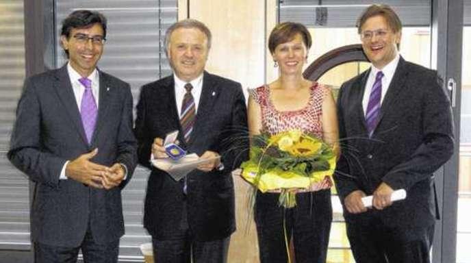 Foto: Manuela Bijanfar - Ehrung im Rathaus, von links: Bürgermeister Bernd Siefermann, Klaus Brodbeck, Brigitte Brodbeck und Laudator Christian Juranek.