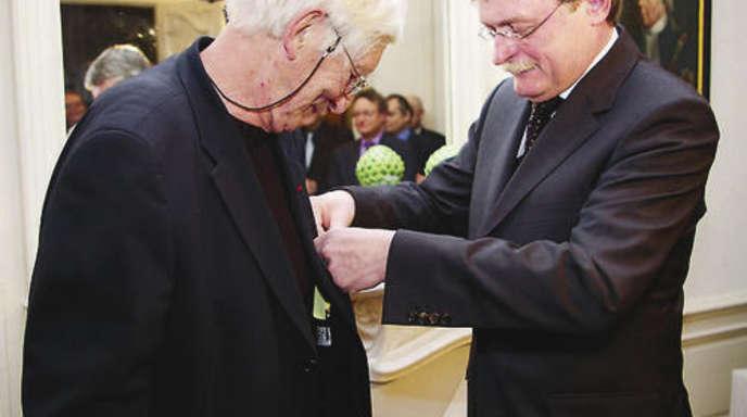 Foto: Jürgen Lorey - Generalkonsul Bruno Brommer verleiht Tomi Ungerer (l.) das Bundesverdienstkreu 1. Klasse.