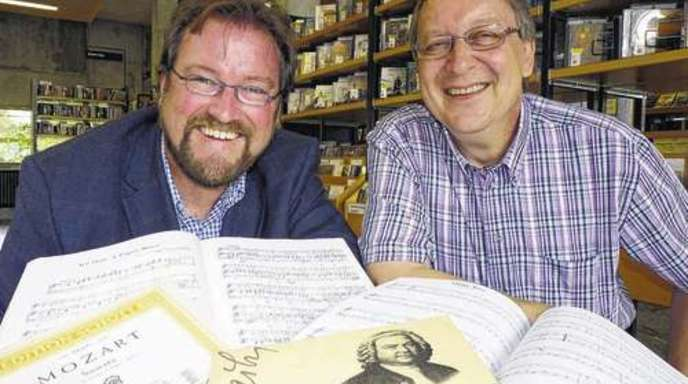Foto: Stadt Offenburg - Simon Moser (Kulturamt) und Ralf Eisermann (Stadtbibliothek) machen sich für eine Musikbibliothek innerhalb der Stadtbibliothek Offenburg stark.