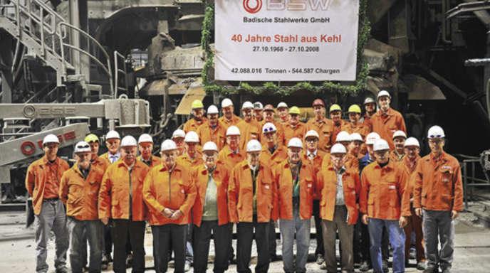Foto: BSW - 40 Jahre Stahlproduktion in Kehl. Gestern würdigte man diese reife Leistung. Die Schmelzmeister von damals begleiteten eine Charge und standen beim Abstich Pate.