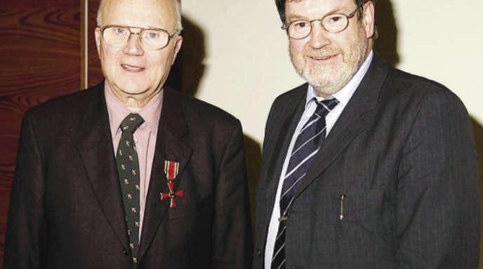 Foto: Rolf Hoffmann - Für seine Verdienste als Mediziner und Historiker ist Rolf Kruse am 19. November 2004 mit dem Bundesverdienstkreuz geehrt worden; rechts Kehls Oberbürgermeister Günther Petry, der die Ehrung vornahm..