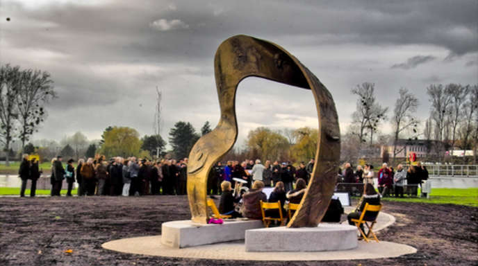 Foto: Oscar Sala - Zahlreiche Gäste nahmen gestern Nachmittag an der Feierstunde an der Rheinpromenade teil, bei der das »Geschichtsband« des Künstlers Kurt Tassotti seiner Bestimmung übergeben worden ist.