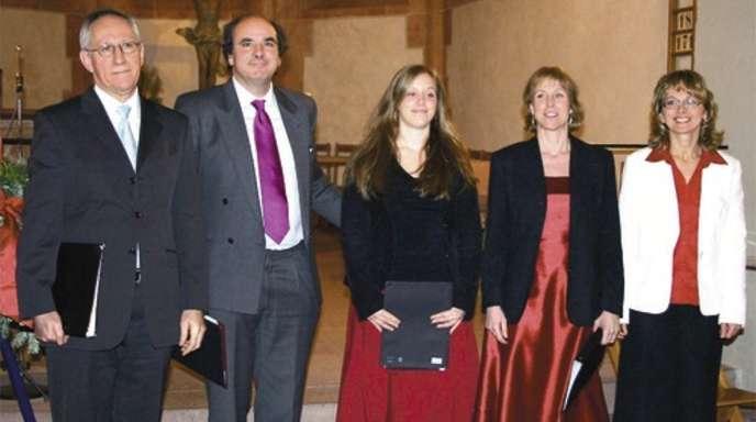 Sorgten beim Adventskonzert am Samstag in Gutach mit ihren Stimmen für ein außergewöhnliches Klangerlebnis: von links Jürgen Bärmann, Christian Wunsch, Nina Bessei, Regine Bessei sowie Inessa Schwidder an Klavier und Orgel.