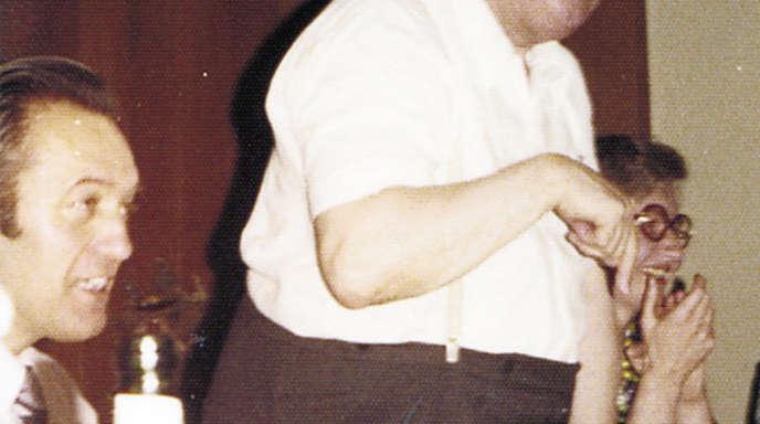 Beim Feiern war Pfarrer Weinmann immer gern dabei – hier bei der Einführung des Rektors Erich Maier. Links der spätere Schulamtsdirektor Kurt Klein.