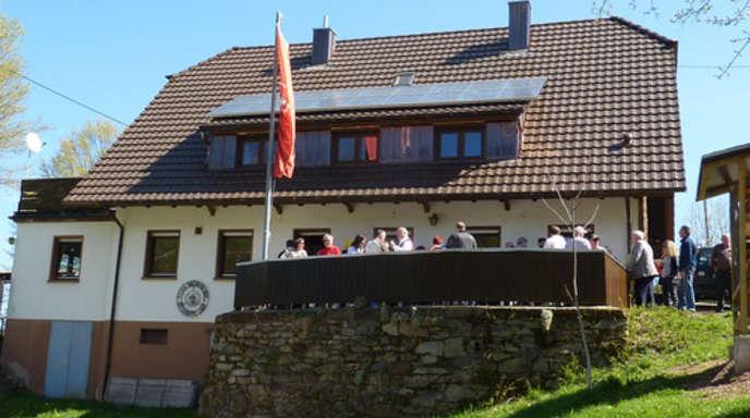 Foto: red - 43000 Euro hat das neue Dach des Naturfreundehauses auf dem Geisberg gekostet. Am Sonntag wurde der Abschluss der Baumaßnahme gefeiert.